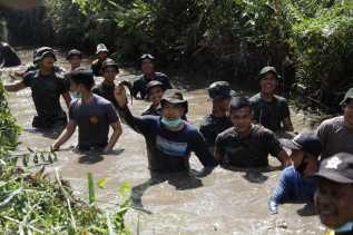 Ketua DPRD Inhil Ikut Berjibaku Bersihkan Sungai