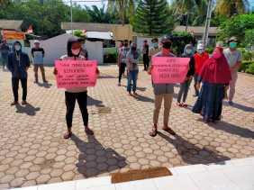 Kades Pasar Baru bersama Warganya Demo Camat Teluk Mengkudu