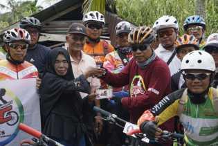 Gowes Bersama ke Teluk Pinang, GTC dan Kuala Enok Gowes Serahkan Bantuan Untuk Ibu Rauzah