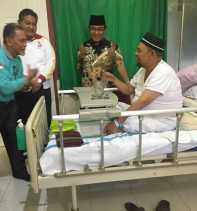 HM Wardan Jenguk Indra Muchlis Adnan di RSUD Puri Husada Tembilahan