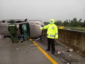 Mobil Fortuner Tabrak Agya Alami Kecelakaan di Jalan Tol Sergai