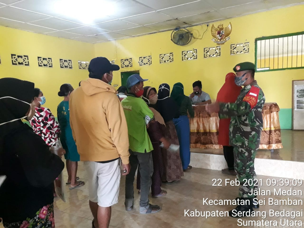Dampingi Penyaluran BST, Babinsa Koramil 10/SR Imbau Warga Patuhi Prokes 5M
