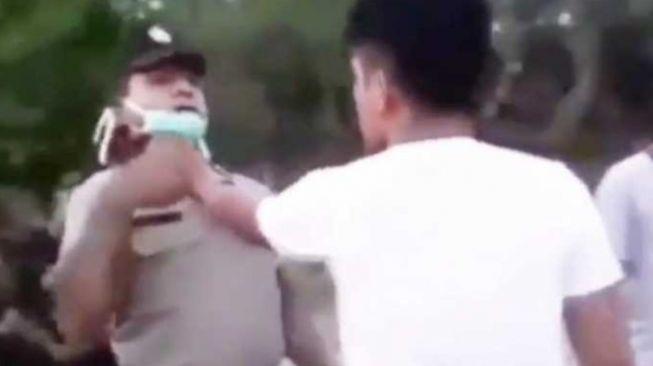 Tak Terima Ditegur, Pemuda ini Cekik Leher Polisi