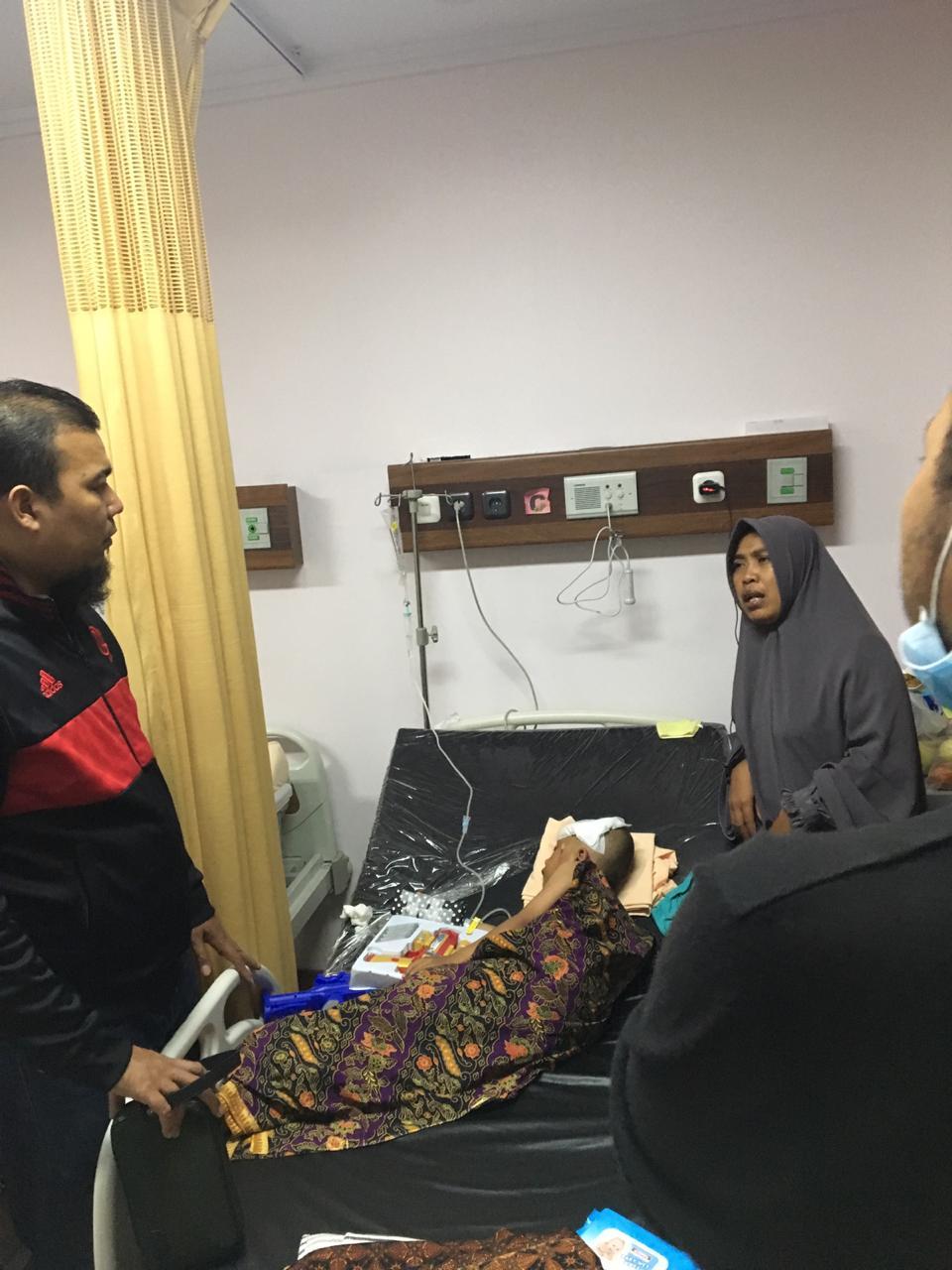 Ade Agus Hartanto Jenguk Dani Anak Yatim Malang yang Retak Kepala Akibat Kecelakaan