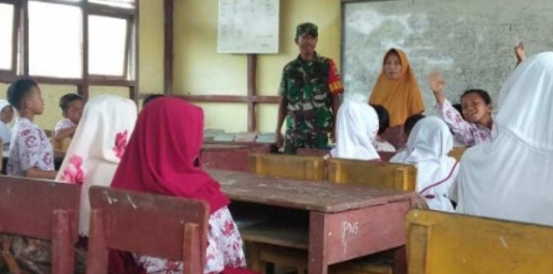 Babinsa 04/Kuindra Beri Wawasan Bela Negara pada Pelajar