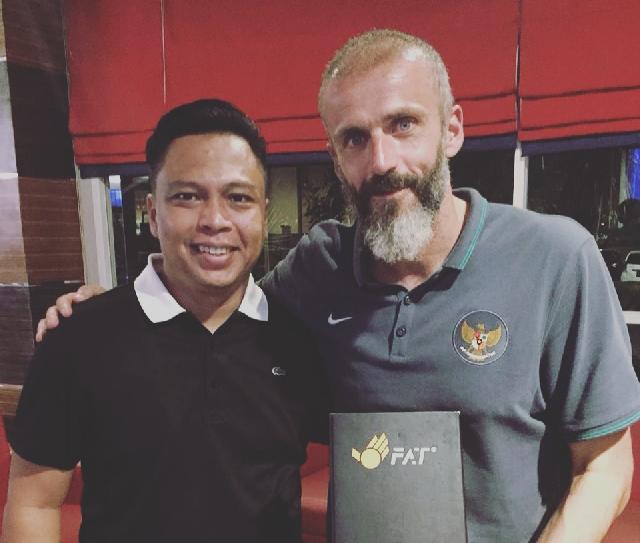 KEREN CUY... Sarung Tangan Kiper Produk Putra Kuansing Ini Dipakai di Liga Malaysia dan Fhilipina