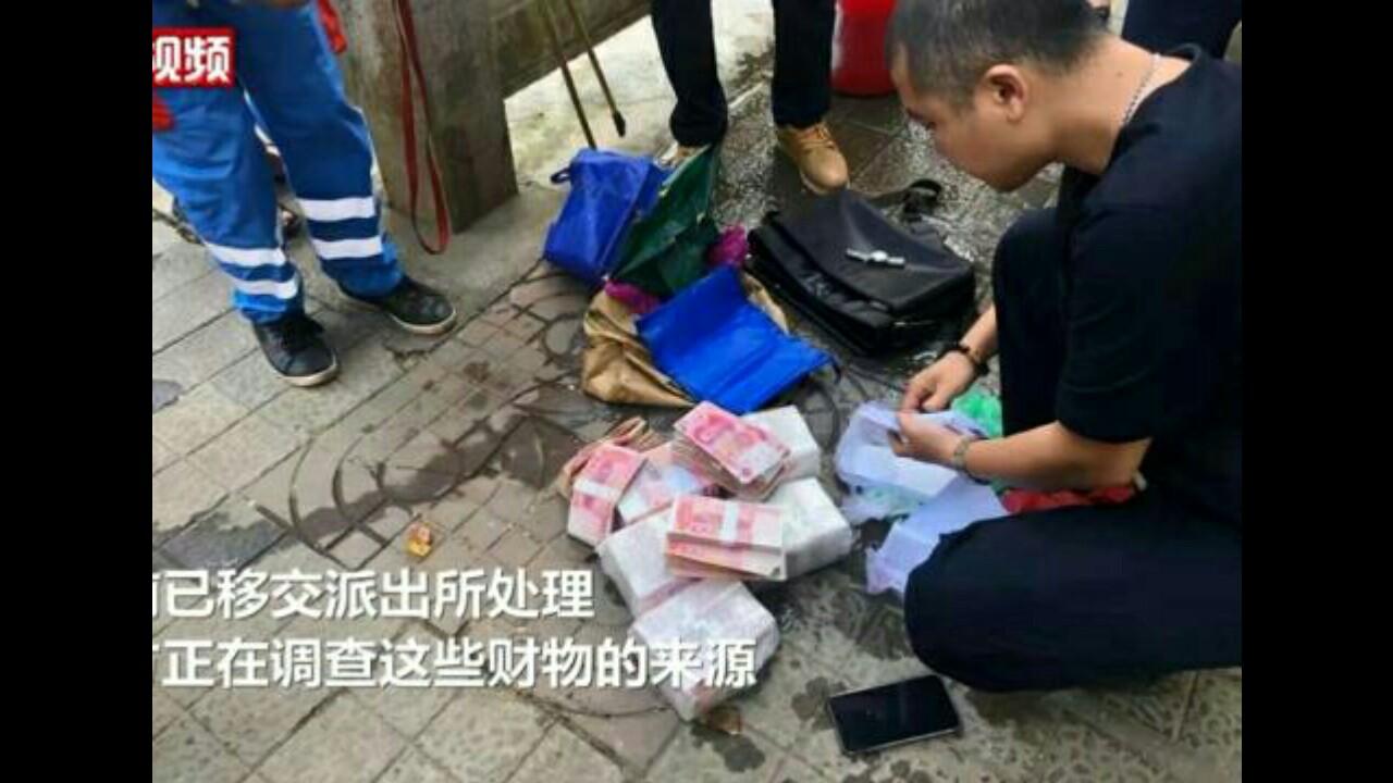 Tunjukkan Kejujuran, Pekerja Kebersihan Tas Berisi Uang Senilai Rp1,4 Miliar yang Ditemukan di Sungai