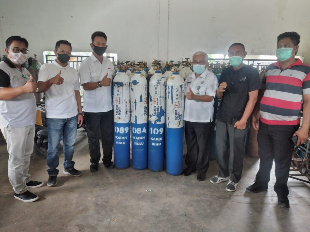 KADIN Inhil Serahkan 30 Tabung Oksigen ke RSUD Puri Husada Tembilahan