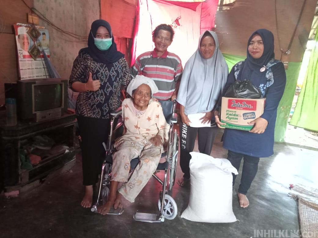 dr. Indah Hasibuan Berikan Kursi Roda dan Paket Sembako kepada Nenek Sartini