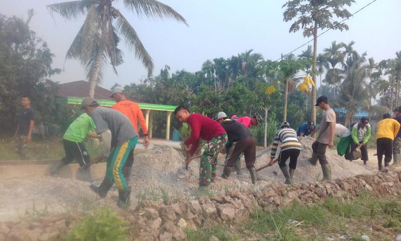 Gotong-royong Bersama Masyarakat Melakukan Penimbunan Jalan
