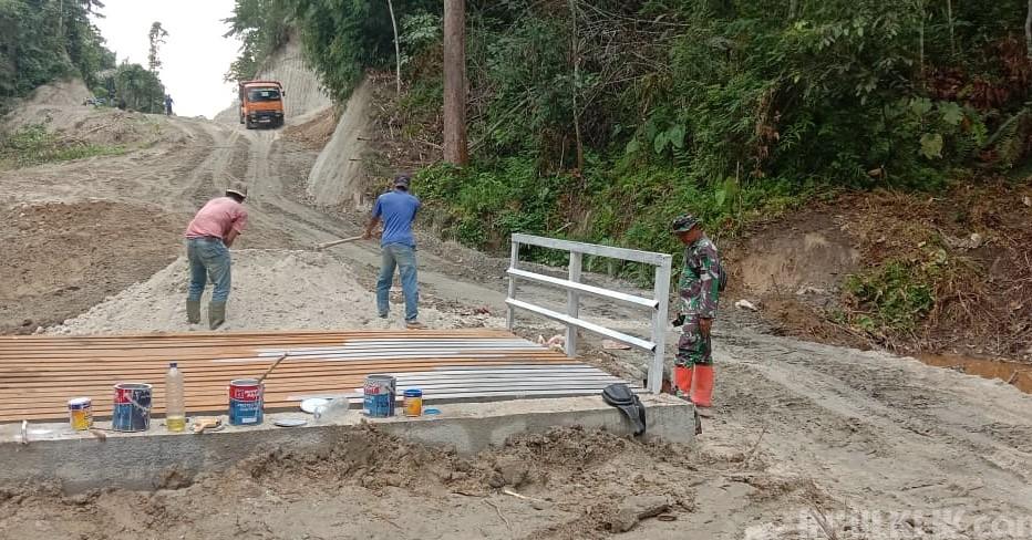 Warga Antusias Ikut Bantu Satgas TMMD Selesaikan Pembuatan Jembatan