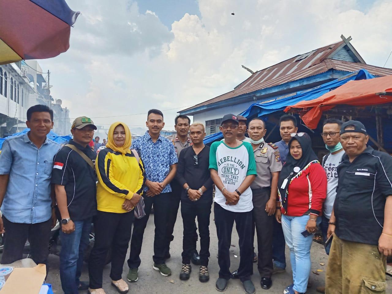Marlis Syarif Berikan Ratusan Nasi Kotak untuk Korban Kebakaran di Pasar Terapung