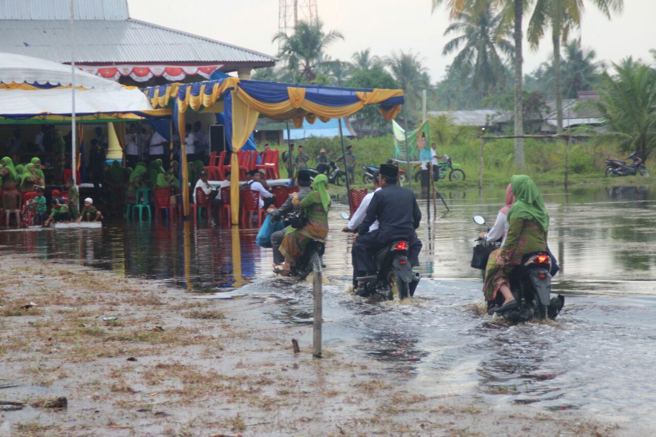 Lantik Kades Tunggal Rahayu Jaya Ditengah Genangan Air, Bupati Inhil: Ini Adalah Rahmat