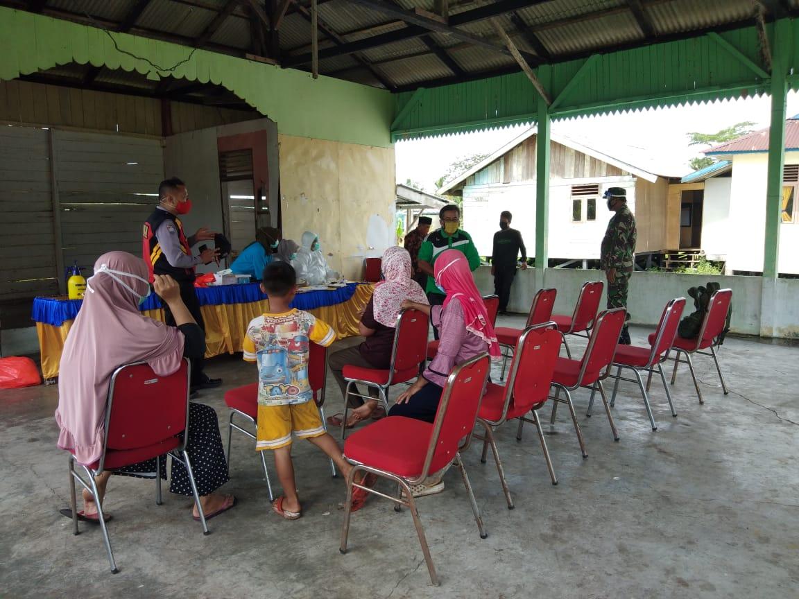 Danramil 11/ Pulau Burung Intruksikan Serda Arif D dan Serda Z Pulungan Kawal Pelaksanaan Rapit Tes
