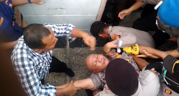 Demo di DPRD Riau Ricuh, Kapolresta Pekanbaru Pingsan