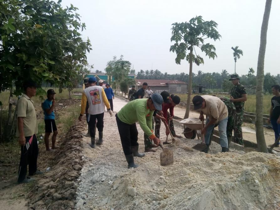 Pekerjaan Penimbunan Jalan dengan Sirtu TMMD ke-106 Kodim 0314/Inhil Capai 16,4 Persen