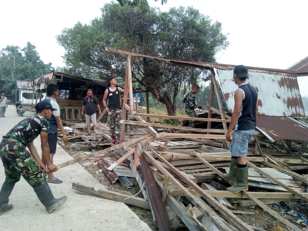 Bersama Masyarakat, Satgas TMMD Kodim 0314 Inhil Bersihkan Pasar