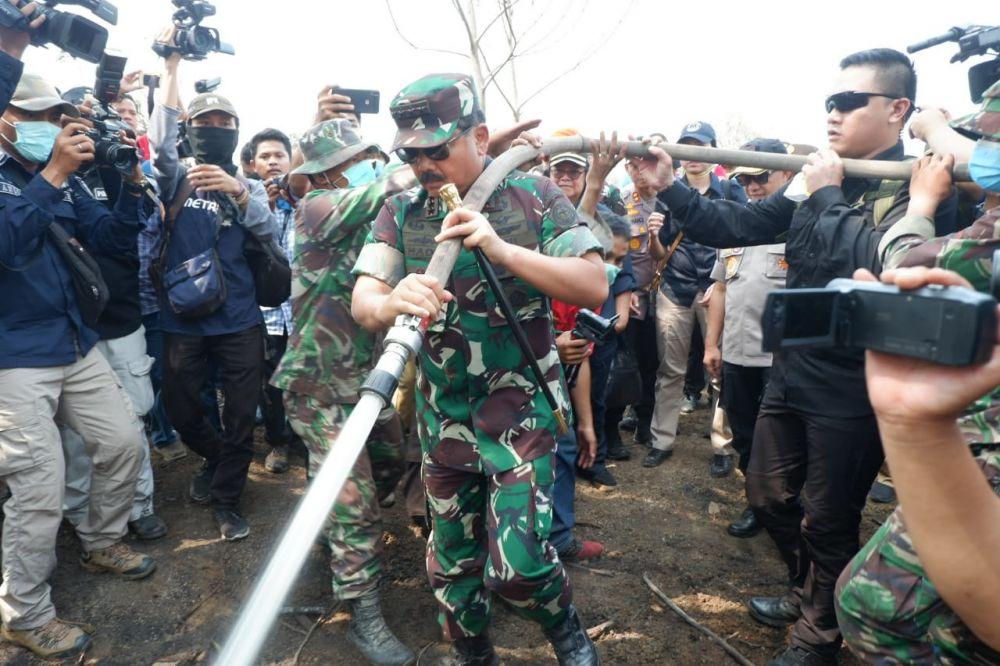 Tinjau Karhutla, Panglima TNI Peringatkan Masyarakat dan Korporasi