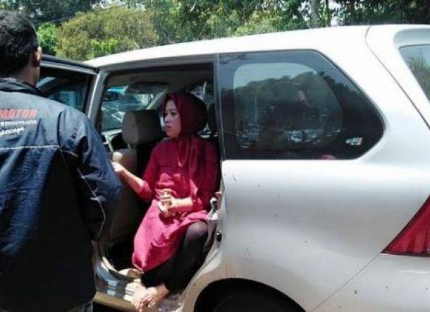 SUPER SADIS... Karyawati Cantik ini Gorok Leher Bos Saat di Mobil, Berawal dari Cekcok