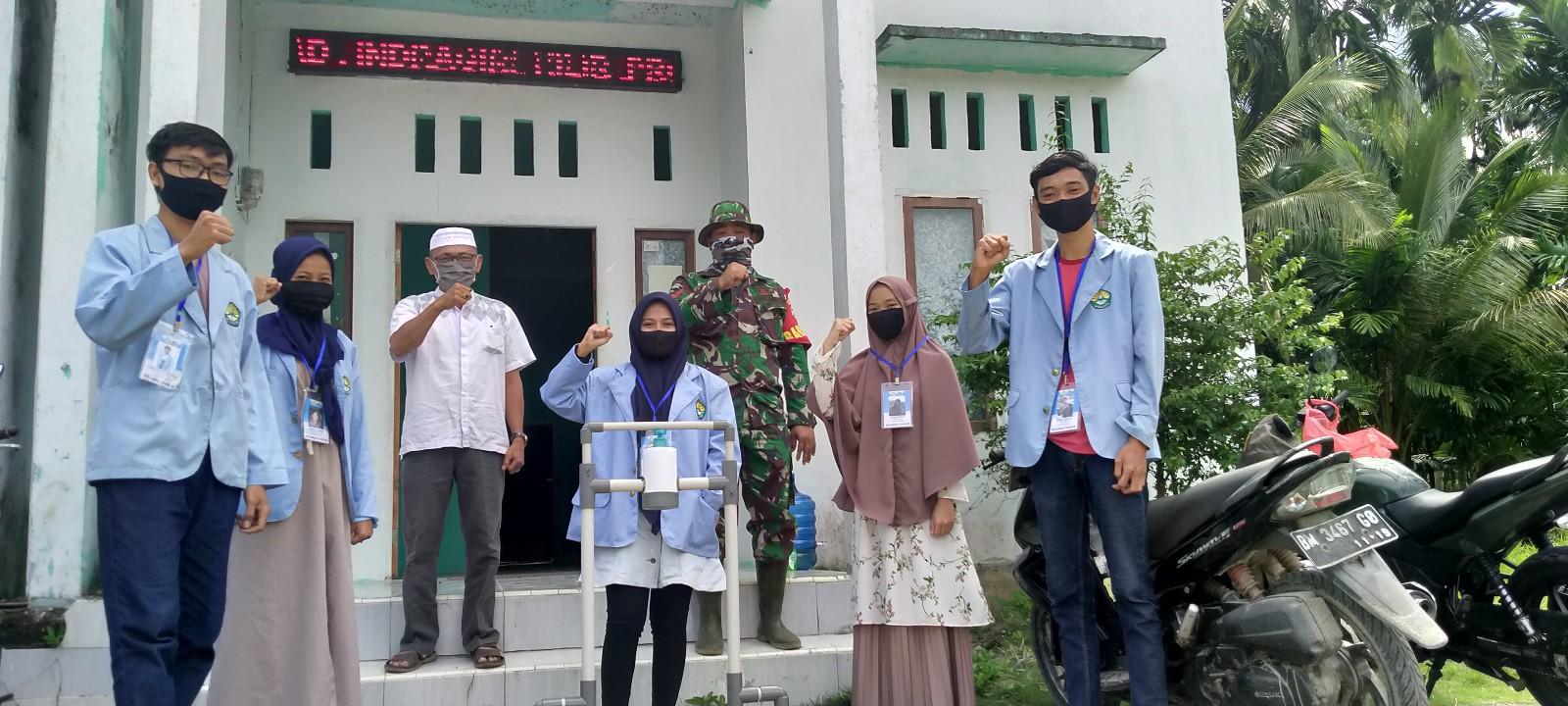 Mahasiswa Relawan Covid-19 UR Serahkan Dispenser Hand Sanitizer untuk Desa Pulau Kecil