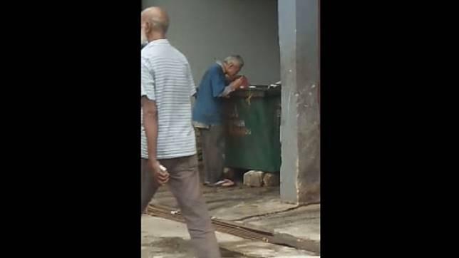 Pria Tua Ini Terpaksa Mencari Makan di Tong Sampah