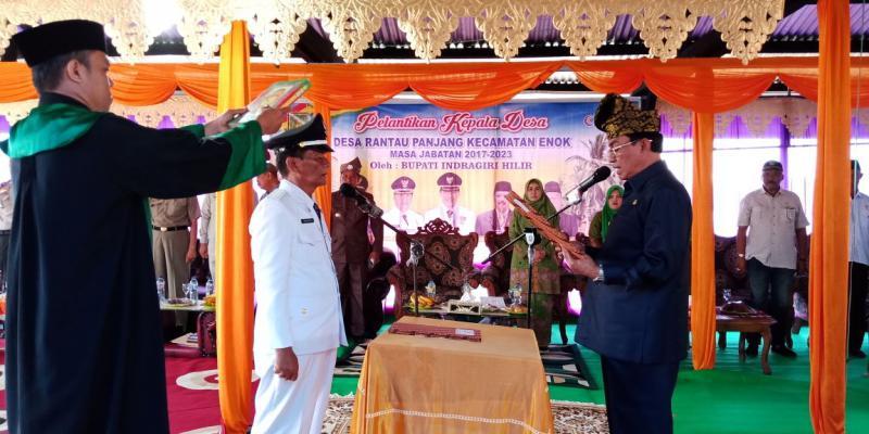Bupati Inhil Lantik Kades Rantau Panjang Kecamatan Enok