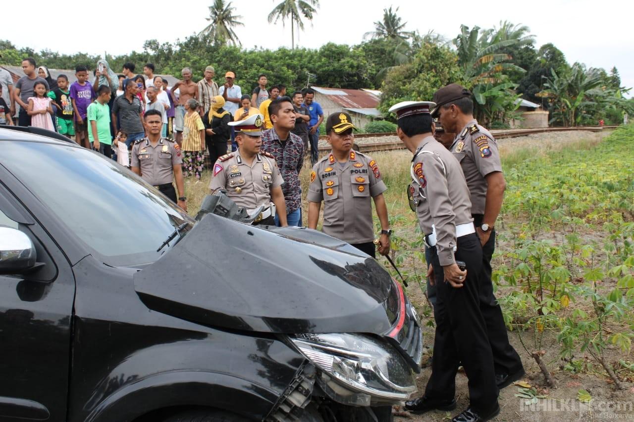 Toyota Rush Ringsek 'Disambar' KA,  4 Orang Dilarikan ke Rumah Sakit