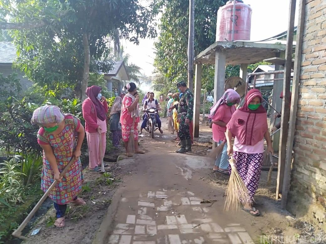 Malu Berpangku Tangan, Emak-emak Dusun VIII Mabar Ikut Bantu Satgas TMMD