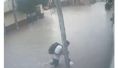 VIDEO: Tiga Pelajar Tersetrum Dekat Tiang Listrik Saat Banjir, Satu Tewas
