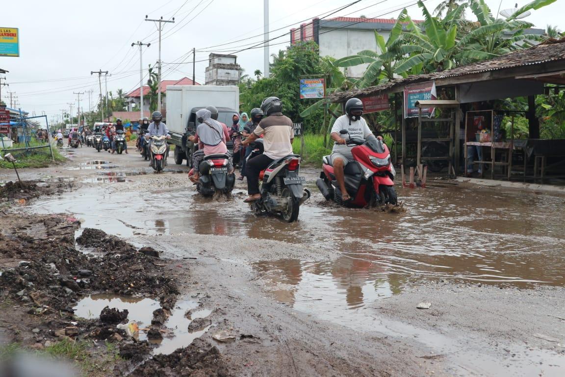 Warga Mengeluh, Jalan Sungai Beringin Tembilahan Penuh Lobang