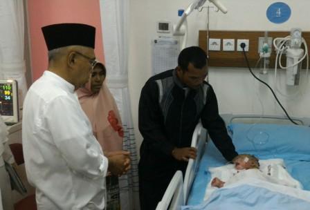 Kulit Mengelupas, Gubri Jenguk Bayi Mengidap Penyakit Aneh di RSUD Arifin Ahmad