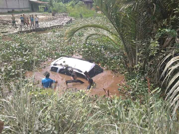 Masuk Lubang, Oleng, Suzuki Escudo ini Akhirnya 'Berenang' di Parit
