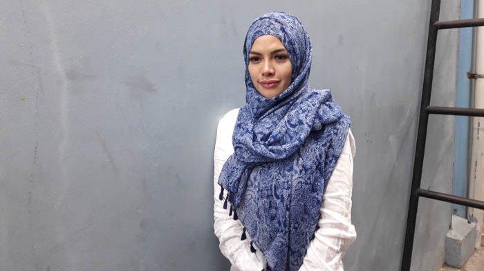 Nikita Mirzani Lepas Hijab di Foto Terbaru, Reaksi Netizen Tak Terduga