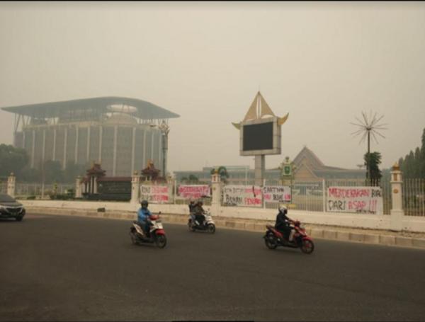 Kecewa Kabut Asap, Mahasiswa Pasang Spanduk Protes di Kantor Gubernur Riau
