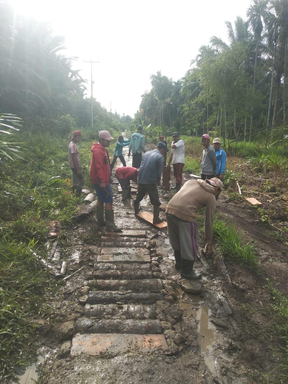 Tidak Tersentuh Pembangunan, Warga Desa Gotong Royong Lakukan Perbaikan Ruas Jalan Kabupaten