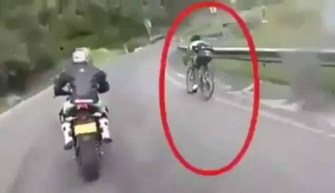 Disalip Sepeda saat Menikung, Biker Moge Baper