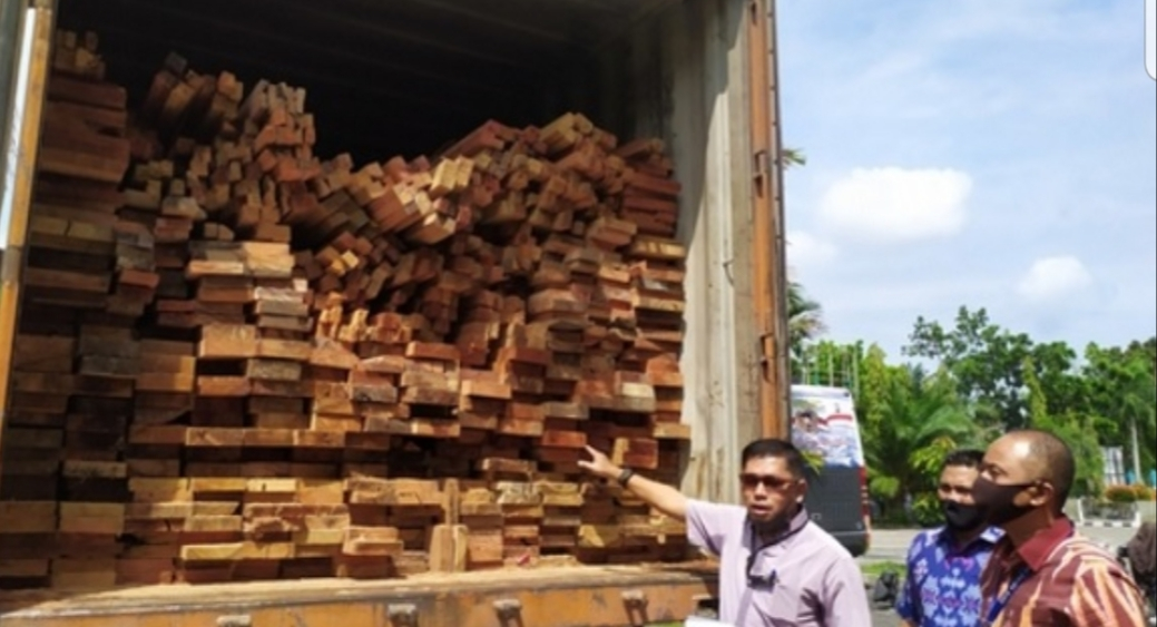 Polda Riau Amankan Truk Kontainer Angkut 30 Kubik Kayu Olahan