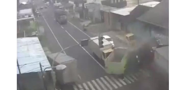 3 Tewas, Ini Video CCTV Detik-detik Truk Rem Blong Tabrak Minibis Hingga Motor