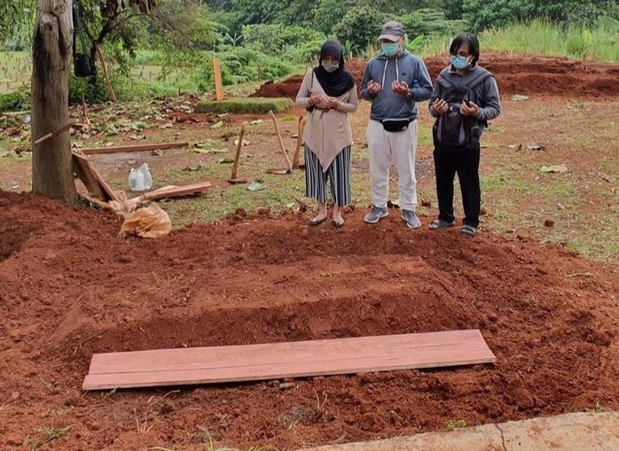Wafat karena COVID-19, Ibu Wanita ini Dikubur Tanpa Pelayat