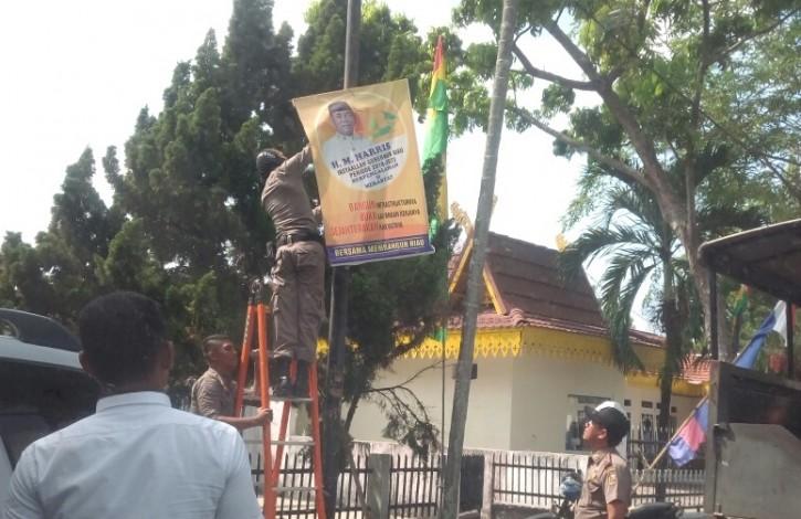 Satpol PP Bersihkan Spanduk dan Baliho Calon Gubernur Riau