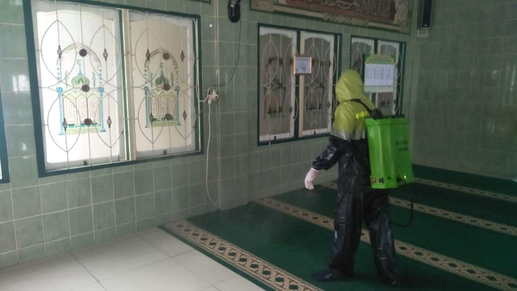 Antisipasi Covid-19, PKB Inhil Semprot Disinfektan di Beberapa Rumah Ibadah
