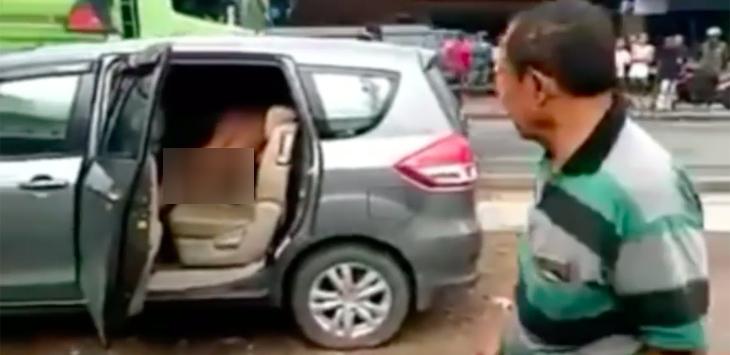 Sepasang LGBT Tercyduk Gituan di Mobil, Disuruh Turun Malah Genjot-genjotan