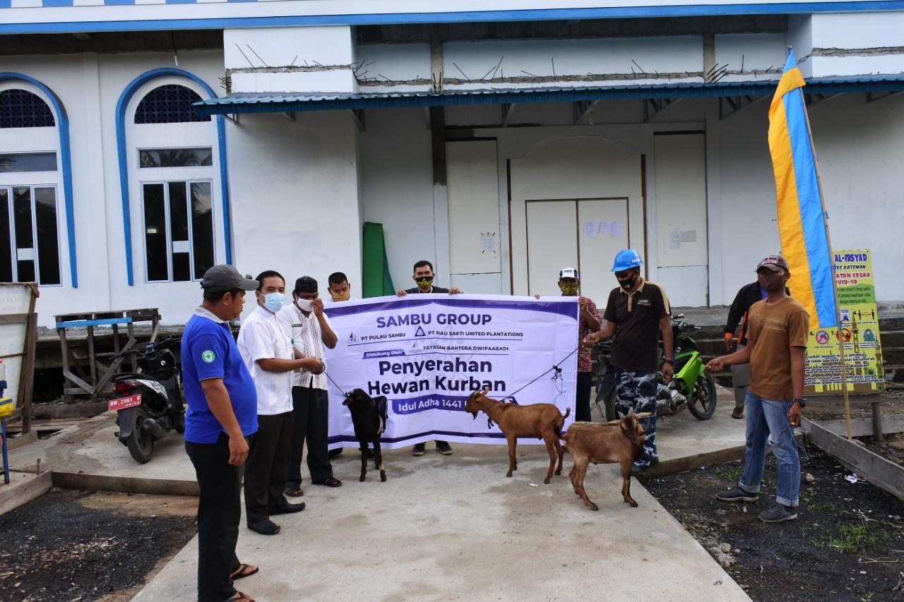 Sambu Group Kembali Serahkan Hewan Kurban