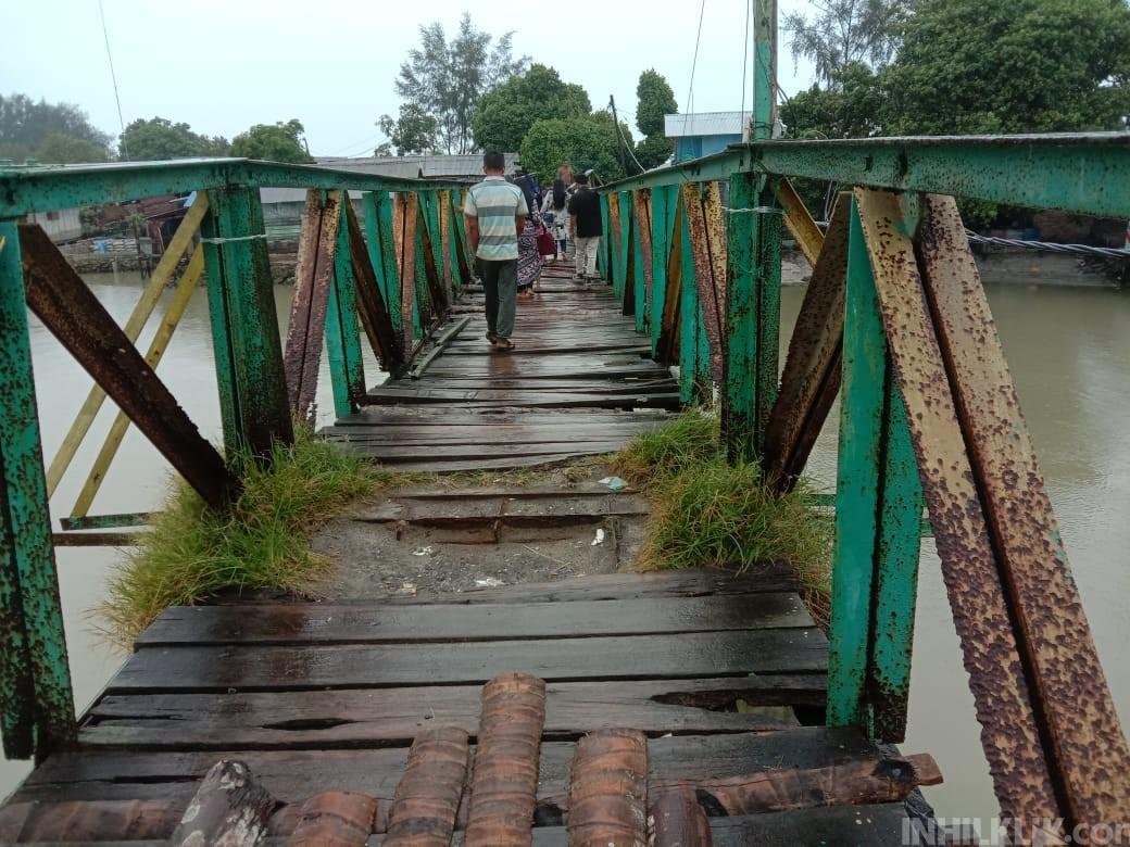 Kondisi Jembatan Penyeberangan Menuju Pantai Sialangbuah Sangat Memperihatinkan.