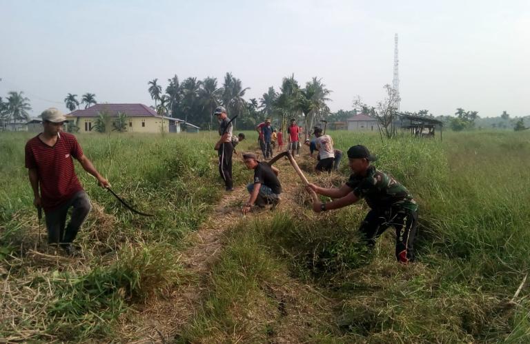 Satgas TMMD dan Masyarakat Goro Bersihkan TPU di Desa Sanglar