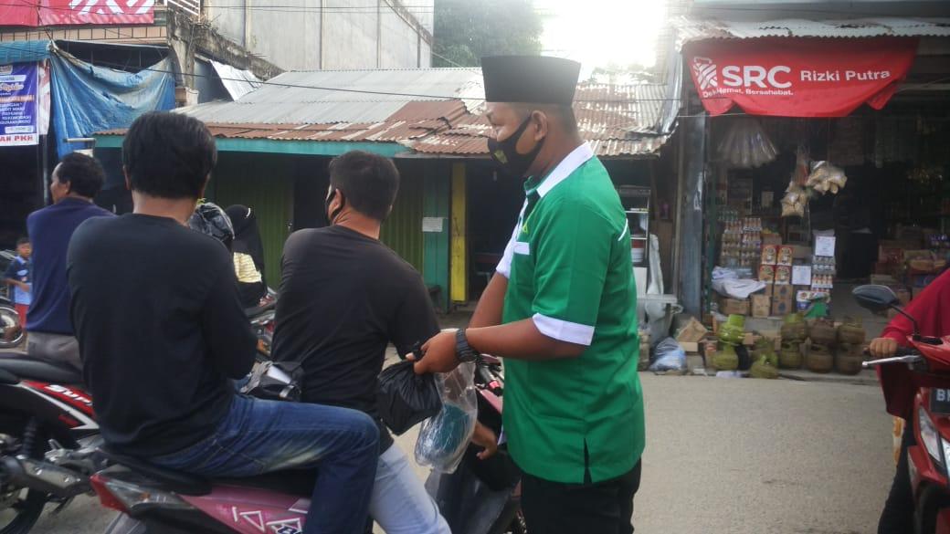 PAC Gerakan Pemuda Ansor Kecamatan Reteh Bagi Takjil dan Masker Kepada Masyarakat