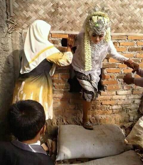 Percaya Orang 'Pintar', Pengantin Wanita Ini Jebol Tembok demi Keluar Rumah