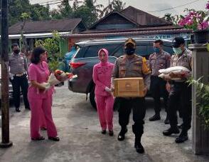 Kapolres Rohil Bagikan Bansos Profesi Kepada Purnawirawan Polri