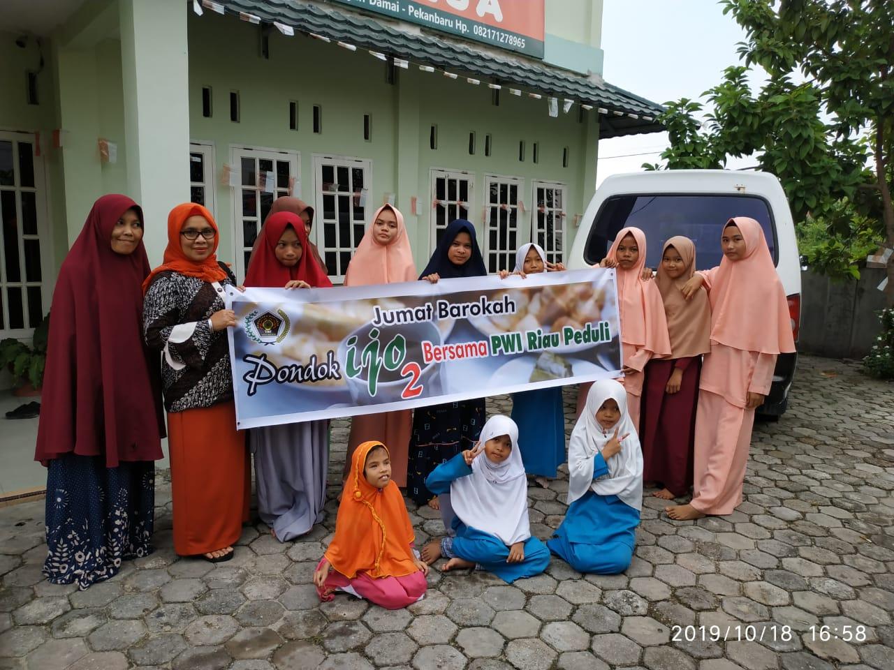Sahabat Pondok Ijo2 Bersama PWI Riau Peduli Serahkan 103 Nasi Bungkus