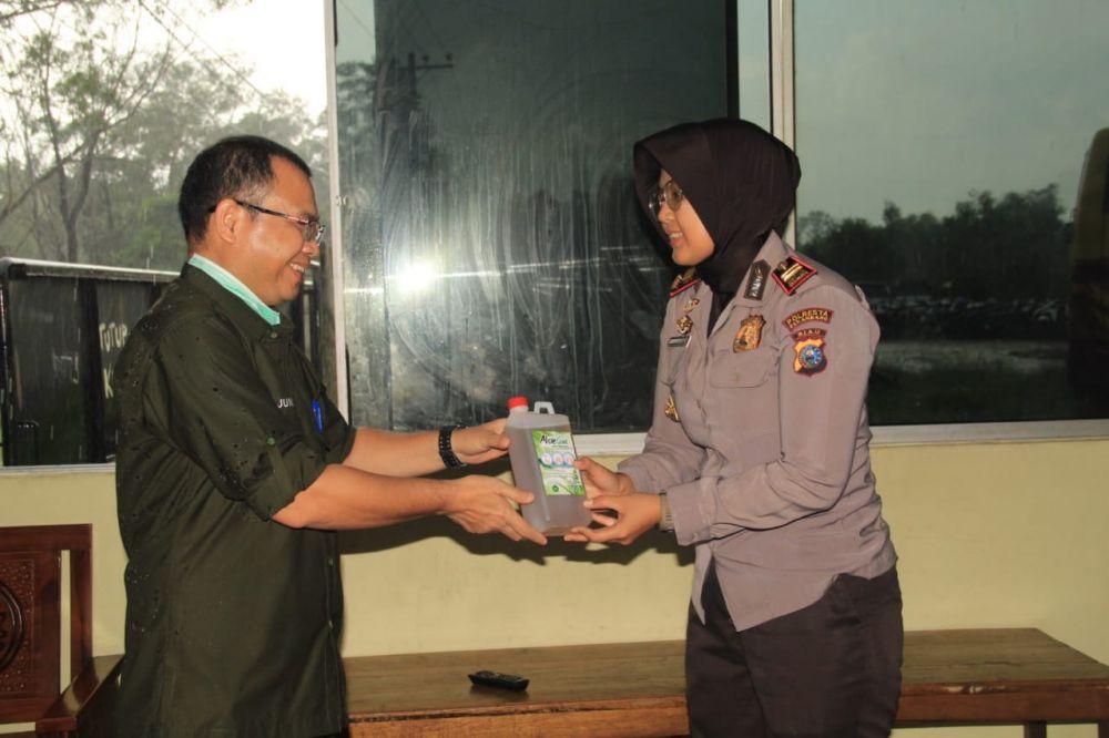 Unilak Bagikan Hand Sanitizer kepada Masyarakat, TNI dan Polri